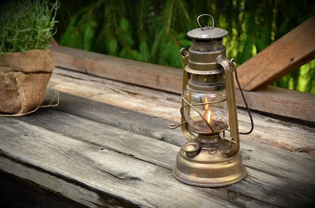 petrolejová lampa na lavičce