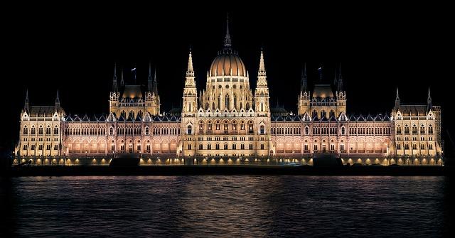 osvětlený maďarský parlament
