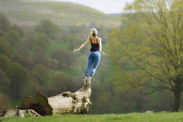 žena na kmeni stromu