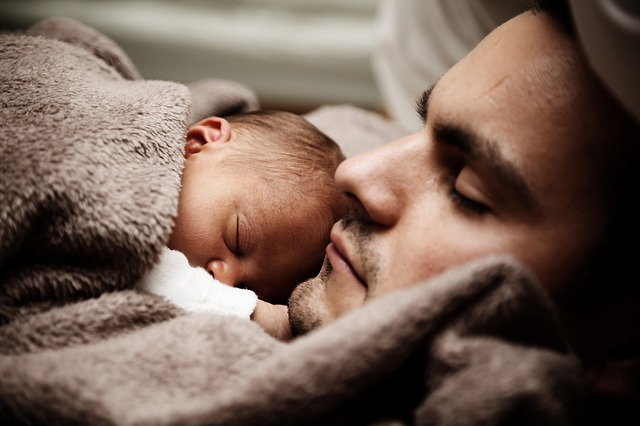 spánek táty se synem