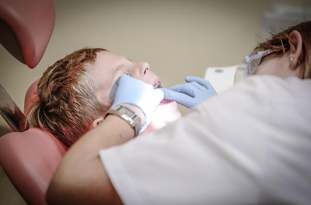 chlapec u zubařky