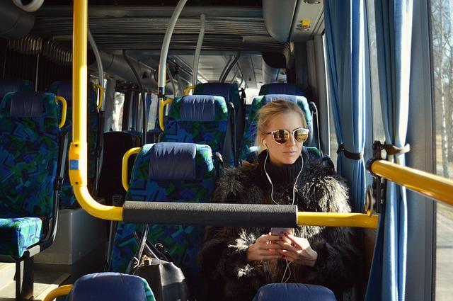cestující v autobuse